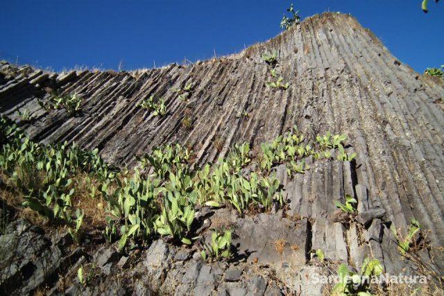 i-basalti-colonnari-di-guspini-in-sardegna