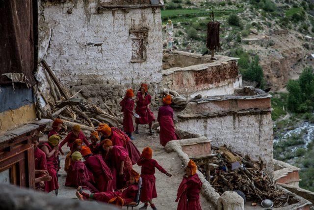 giovani-monaci-tibetani-nel-monastero-phugtal-gompa