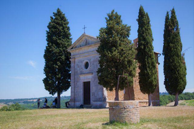 cappella-vitaleta-cipressi-val-dorcia